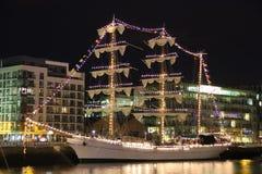 Lang schip dat bij liffey wordt vastgelegd - Dublin stock afbeeldingen