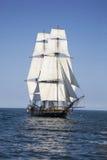 Lang schip dat op blauw water vaart Stock Afbeeldingen