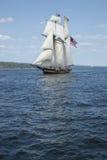 Lang schip dat op blauw water vaart Stock Foto