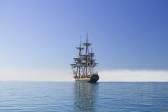 Lang schip dat op zee onder volledig zeil vaart Stock Fotografie