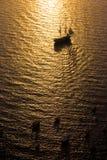 Lang Schip dat in Zonsondergang vaart Royalty-vrije Stock Afbeeldingen