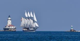 Lang Schip die de Havenvuurtoren overgaan van Chicago Royalty-vrije Stock Fotografie