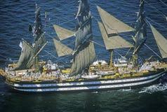 lang schip 100 die onderaan Hudson River tijdens de 100 jaarviering varen voor het Standbeeld van Vrijheid, 4 Juli, 1986 Royalty-vrije Stock Fotografie