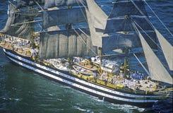 lang schip 100 die onderaan Hudson River tijdens de 100 jaarviering varen voor het Standbeeld van Vrijheid, 4 Juli, 1986 Royalty-vrije Stock Foto
