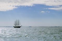 Lang schip in het overzees stock foto