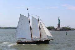 Lang schip naast Standbeeld van Vrijheid in New York Royalty-vrije Stock Foto's