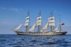 Lang Schip onder zeil met de kust Royalty-vrije Stock Afbeelding