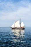 Lang schip op blauw water. Royalty-vrije Stock Afbeeldingen