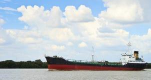 Lang schip op een rivier Stock Afbeeldingen