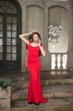 Lang, slank, mooi in een rode kleding Stock Foto