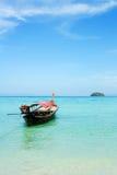 Lang-staartboot met blauwe hemel en duidelijke overzees Royalty-vrije Stock Foto