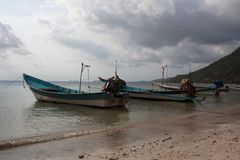 Lang-staartboten in eilandhaven royalty-vrije stock foto's