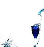 Blauwe vloeistof in glas stock afbeeldingen