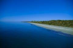 Lang strand in het blauw Royalty-vrije Stock Foto's
