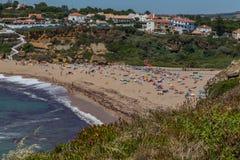 Lang strand op de kust van de Atlantische Oceaan Stock Foto's