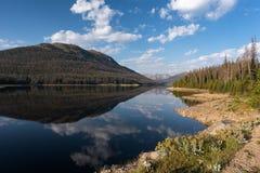 Lang trek Reservoir naast Rocky Mountain National Park in Noordelijk Colorado stock foto's