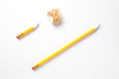 Lang und ein kurzer Bleistift auf strukturiertem Weißbuch Stockfotografie
