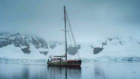 Lang varend schip in Antarctica stock foto's