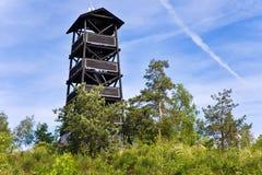 Lang watchtower från 2001 nära den Onen Svet byn, central bohemisk region, Tjeckien royaltyfri bild