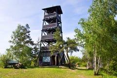Lang watchtower från 2001 nära den Onen Svet byn, central bohemisk region, Tjeckien royaltyfria foton