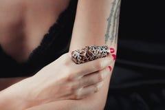Langage du corps, main de filles en anneau argenté Image stock