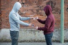Langare och knarkare som utbyter pengar och drogen fotografering för bildbyråer