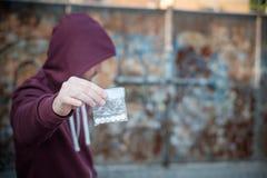 Langare som säljer och trafikerar drogdosen arkivbilder