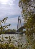 Langarehantverk under enbliven bro Royaltyfri Bild