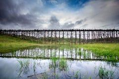 Lange alte Holzbrücke Lizenzfreie Stockfotografie