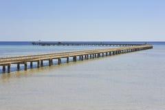 Lange Anlegestelle über Korallenriff Lizenzfreie Stockbilder