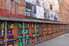 Lange bakstenen muur met prachtige straatkunst, Boston, Massa, 2016 Stock Foto's