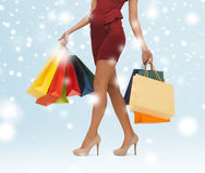 Lange Beine mit Einkaufstaschen Lizenzfreie Stockfotos
