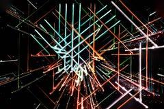 Lange Belichtung, abstrakte mehrfarbige glühende geometrische Linien stockbilder