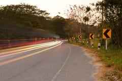 Lange Belichtung auf der Straße im Wald Lizenzfreies Stockfoto