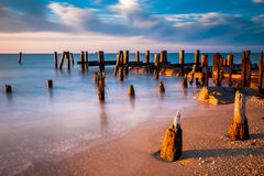 Lange Belichtung bei Sonnenuntergang von Pieranhäufungen in der Delaware-Bucht an S stockbild