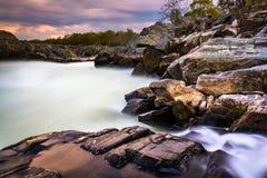 Lange Belichtung bei Sonnenuntergang von Stromschnellen an Great Falls-Park, Virginia Stockfotos