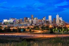 Lange Belichtung Denver-Skyline in der Dämmerung Stockfotografie