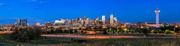 Lange Belichtung Denver-Skyline in der Dämmerung Stockfotos