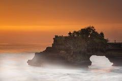 Lange Belichtung des hindischen Tempels Pura Tanah Lot und des Sonnenuntergangs Bali, Indonesien Stockbilder