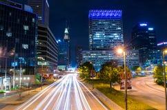 Lange Belichtung des inneren Hafens in der Nacht in Baltimore, MA stockfotos
