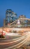 Lange Belichtung des Nachtverkehrs auf Sathorn-Bezirk, Bangkok, Thailand Lizenzfreie Stockfotografie