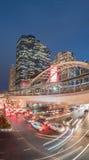 Lange Belichtung des Nachtverkehrs auf Sathorn-Bezirk, Bangkok, Thailand Stockbilder