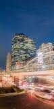 Lange Belichtung des Nachtverkehrs auf Sathorn-Bezirk, Bangkok, Thailand Lizenzfreies Stockfoto