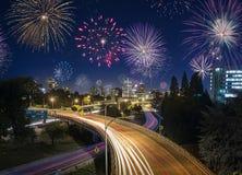 Lange Belichtung des Portland-Landstraßenverkehrs und -Feuerwerke auf neuen Jahren Stockfoto