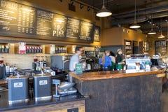 Lange Belichtung des Starbucks-Angestelltarbeitens durchgehend und der Zubereitung von frischen Getränken für Kunden stockfotos
