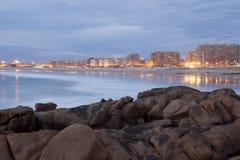 Lange Belichtung des Strandes mit Stadt, Matosinhos, Portugal stockfotografie