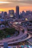 Lange Belichtung des Verkehrs auf Eilweise während des Sonnenuntergangs Stockfotografie