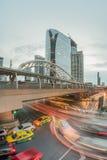Lange Belichtung des Verkehrs auf Sathorn-Bezirk, Bangkok, Thailand Lizenzfreie Stockfotos