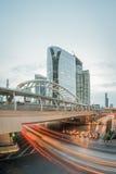 Lange Belichtung des Verkehrs auf Sathorn-Bezirk, Bangkok, Thailand Stockbilder
