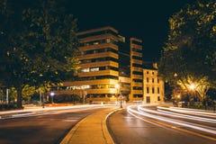 Lange Belichtung des Verkehrs an Du Pont Kreis nachts, in Washingto Stockfotografie